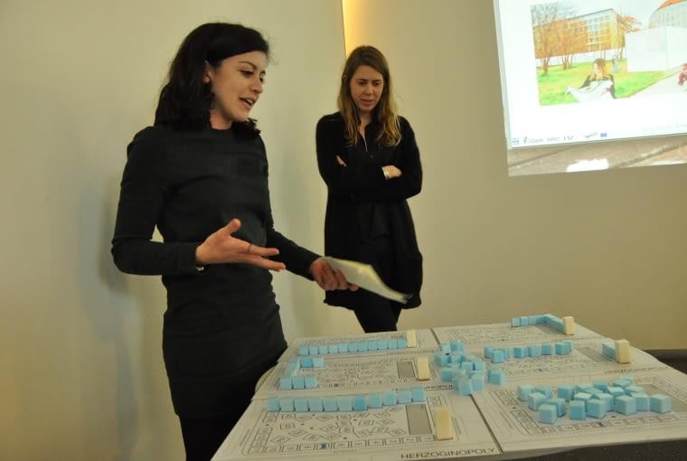 Studenci prezentujący strategię projektową dla wybranego obszaru Drezna