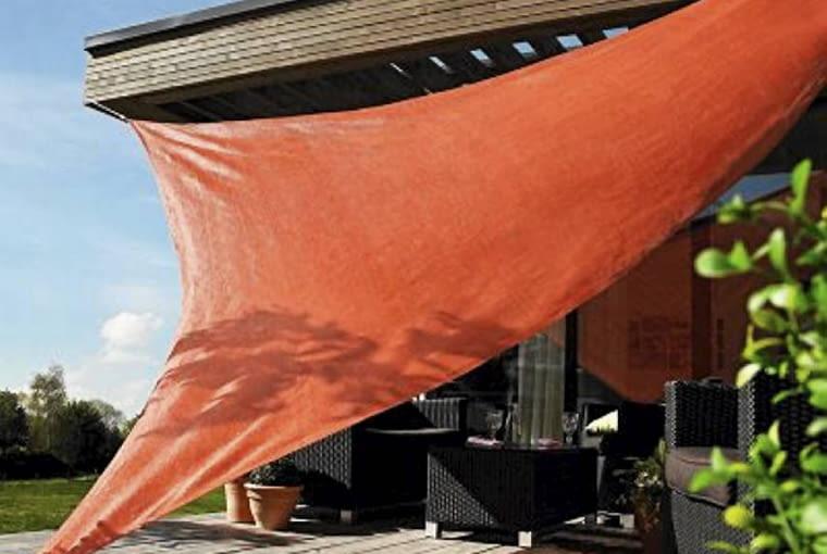 Taki żagiel przeciwsłoneczny (5x5x5 m) to tańsza alternatywa dla markizy i parasola. Przepuszcza powietrze, chroni przed promieniami UV; ok. 140 zł