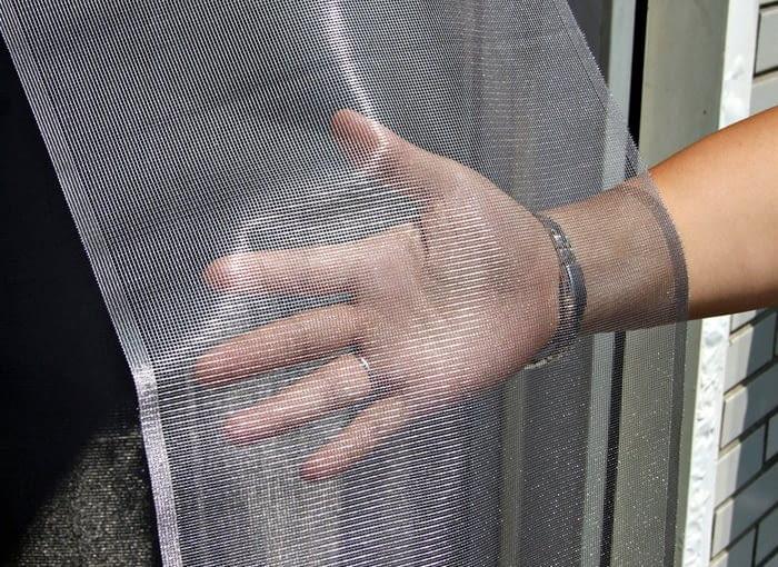 Dobrą ochroną balkonu przed komarami jest moskitiera czyli siatka o drobnych oczkach, wykonana z cienkiego włókna szklanego. Jula