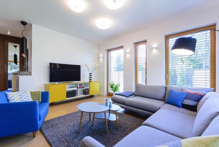 W wyniku estetycznych zabiegów projektantki wnętrz, część wypoczynkowa z salonem i jadalnią jest jasna, przestronna i zgodna z wyobrażeniami właścicieli.]