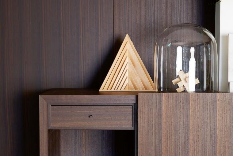 Szafka Tiller (proj. Pierro Lissoni dla Porro), oklejona fornirem z drewna eukaliptusa. Wtapia się optycznie w ścianę pokrytą takim samym fornirem, porro.com
