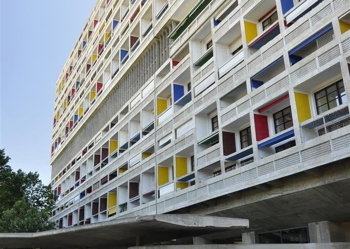 """Jednostka Marsylska, proj. Le Corbusier - główne wejście do foyer i tzw. """"kaszkiet"""" nad podjazdem, fasada zachodnia"""