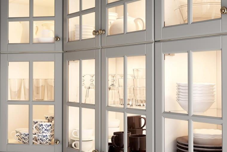 Oświetlenie szafkowe uatrakcyjni wygląd witryny iwyeksponuje piękne naczynia. OMLOPP, śr. 6,8 cm, moc 1,4 W49 zł IKEA