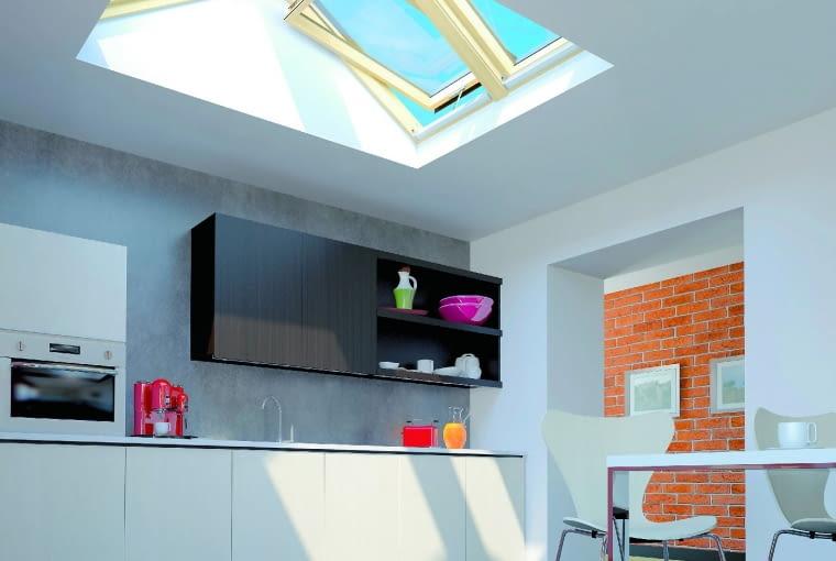 Okna połaciowe można zamontować także w dachu płaskim (0-15°) - takie rozwiązanie jest możliwe dzięki specjalnej, dwuspadowej drewnianej konstrukcji, oferowanej wraz z kompletem obróbek blacharskich