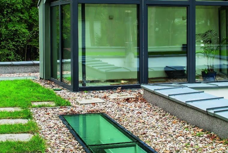 Przeszklona nadbudówka ze skośnym dachem musiała się pojawić, aby dom spełnił wymagania miejscowego planu zagospodarowania przestrzennego