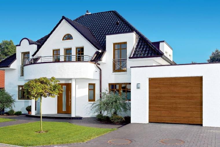 Elewacja: biały klinkier; Dach: antracytowy; Okna, drzwi, brama garażowa: w jasnym kolorze imitującym złoty dąb; podkreślają tradycyjny styl domu