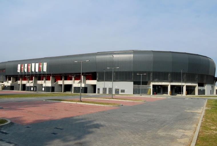Stadion Miejski, Tychy - Polska (VI nagroda w głosowaniu internautów) - Za projekt stadionu odpowiada pracownia Perbo-Inwestycje. Zaproponowała elewacje w odcieniach szarości z czerwonymi akcentami. Wnętrze to barwy zielona, czarna i czerwona nawiązujące do barw miejscowego klubu.