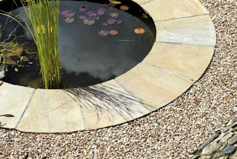 Round pond edged with paving and gravel with a Cotswold stone path. SLOWA KLUCZOWE: Round path stone Cotswold paving edged pond