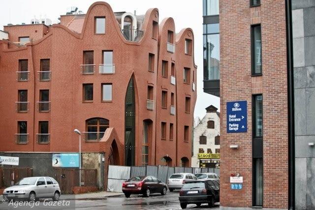 (Krzywy) hotel w Gdańsku. Budynek stanął w śródmieściu na rogu ulic Grodzkiej i Sukienniczej. Patrząc na powyginane elewacje hotelu nie sposób pominąć skojarzeń z architekturą Antonio Gaudiego lub Krzywym Domkiem w Sopocie, który stoi przy słynnym Monciaku - jego projekt także pochodzi z Pracowni Architektonicznej Szotyńscy.