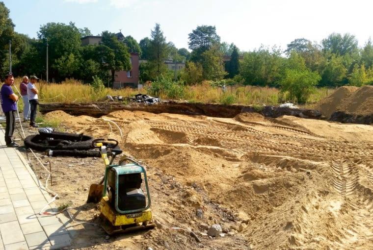 Prace ziemne obejmowały usunięcie warstwy gruntu rodzimego i zastąpienie jej podbudową z grubego piasku. Znalazły się w niej instalacje. Podbudowę zagęszczono ubijakami spalinowymi