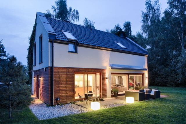 dom nowoczesny, dom jednorodzinnym, drewniana elewacja, tynk, blacha, duże okna, taras