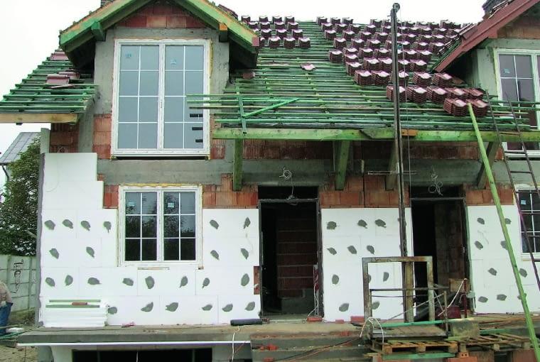 W narożach okien i drzwi płyty izolacyjne powinny być całe i na siebie zachodzić