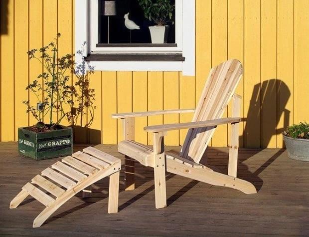 Krzesło ogrodowe z podnóżkiem wykonane z surowego drewna sosnowego. Wymiary: 74 x 90 cm. Wymiary podnóżka: 46,5 x. 35 cm. Jula, krzesło 150 zł., podnóżek 70 zł.
