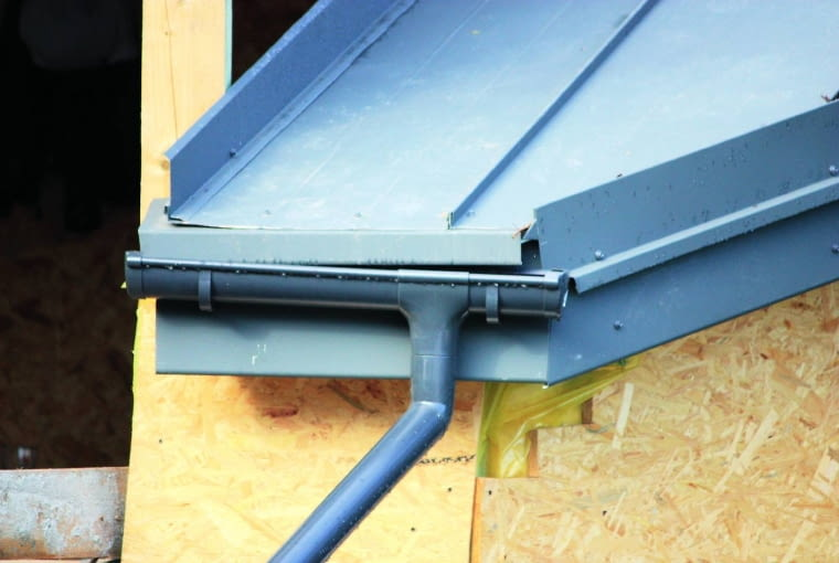 Niechlujnie ułożone panele z blachy cynkowo-tytanowej to 'wizytówka' dekarza, który nie zna tego materiału do krycia dachu. Skutkiem są nieszczelności pokrycia