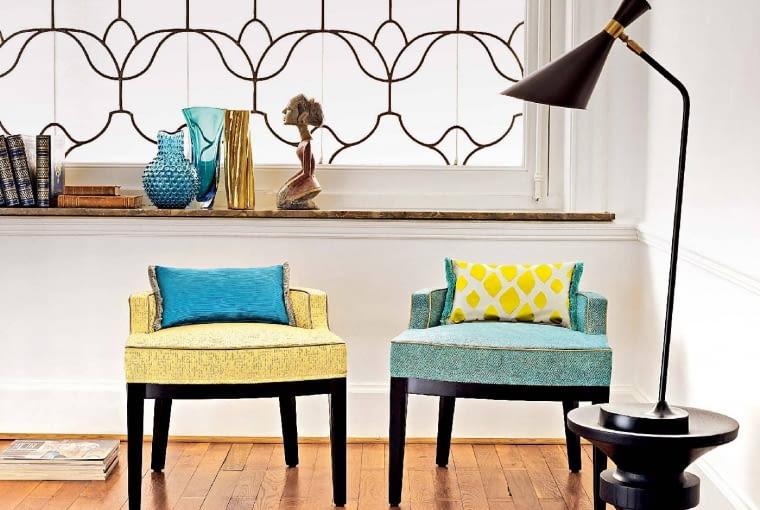 EKLEKTYCZNIE. Meble retro nie boją się innych stylów. Fotele na zdjęciu świetnie zgrały się z secesyjną kratą w oknie, egzotyczną figurką i lampą marki Delightfull - ikoną współczesnego designu. Aranżacja Decoon