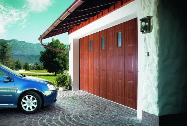 Brama segmentowa boczna podczas otwierania przesuwa się na bok.