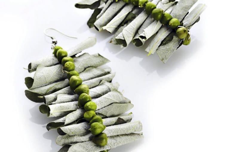 Czysta poezja. Kolczyki ze zwiniętych liści topoli białej ozdobionych niedojrzałymi owocami dziurawca