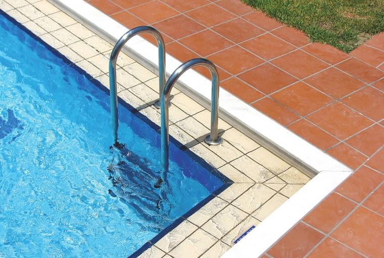Farba basenowa jest tania i moz.na nia? samodzielnie zaizolowac´ basen. Wystarczy nanies´c´ dwie warstwy, aby basen był od razu wykon´czony