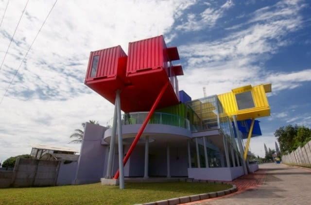 """""""Contertainer""""- poliklinika i publiczna biblioteka w Batu w Indonezji."""