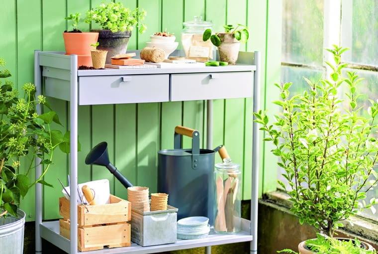 Balkonowa komódka z galwanizowanej stali może służyć za stolik roboczy, IKEA.