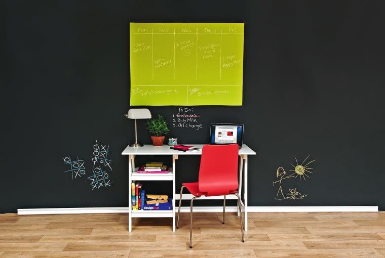 ZAPISANE, ZAPAMIĘTANE. Plan lekcji, lista rzeczy do zrobienia, notatnik... Na pomalowanym innym kolorem fragmencie ściany narysuj kredą tabelki, w których zapiszesz wszystko to, o czym warto pamiętać. Benjamin Moore