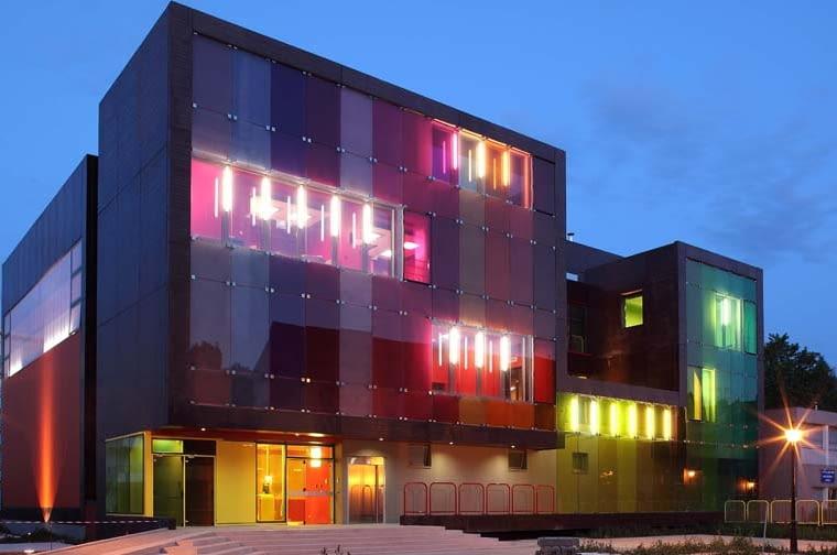 Bajecznie kolorowe centrum młodzieżowe wraz z kompleksem sportowym w podparyskim Saint-Cloud projekt KOZ