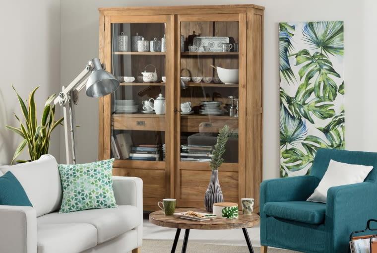 drewniane meble, brązowe meble, aranżacja wnętrz, kolory ścian