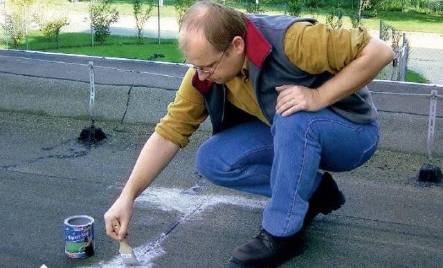 Szybka naprawa przeciekającego pokrycia bitumicznego: uszczelnienie specjalną masą z włóknem szklanym