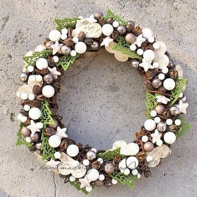 Wianki i stroiki bożonarodzeniowe. Wianek w bieli, z zielonymi przebłyskami nadziei na wiosnę. Przed nami adwent i Boże Narodzenie