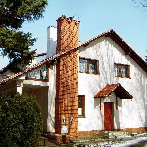 komin,dom jednorodzinny,nowy komin,komin dostawiony do ściany PREFABRYKOWANY KOMIN NA ZEWNATRZ BUDYNKU PUBLIKACJA LADNY DOM NR 5 (91) - 5.2006
