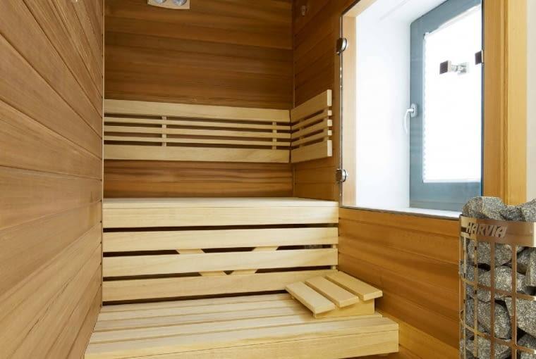Maleńka sauna to wspaniałe rozwiązanie do domu jednorodzinnego - pozwala cieszyć się ciepłem bez nadwyrężania budżetu