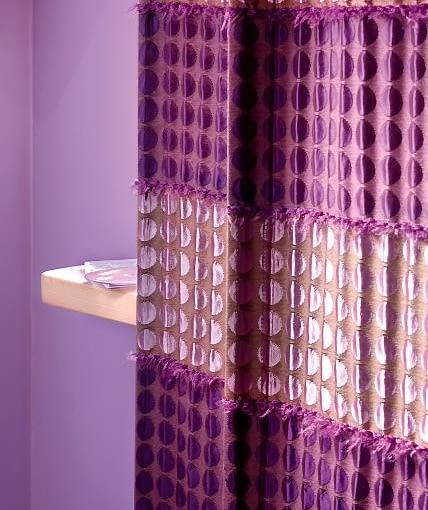DEKORACJE OKIEN - W GAMIE FIOLETÓW. Piękna gruba tkanina o wyraźnej fakturze jest dominującą ozdobą tej sypialni.