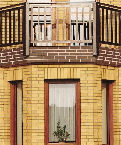 Klinkierowe nadproża ułożone w pionie podkreślają smukłą formę okien