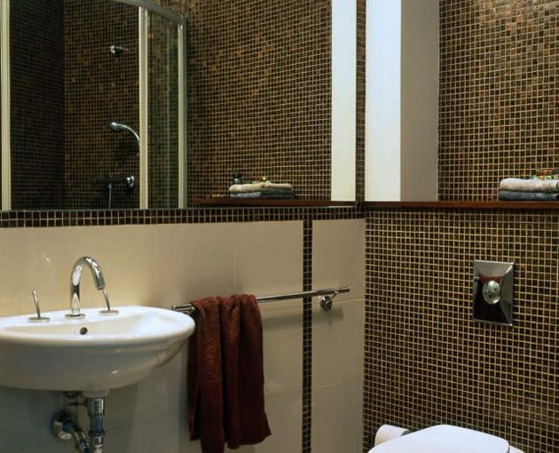 łazienka z lustrem