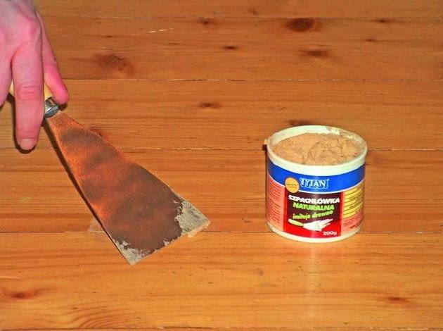 Wykruszające się wypełnienie pomiędzy deskami najlepiej usunąć, a puste przestrzenie po oczyszczeniu ponownie zaszpachlować