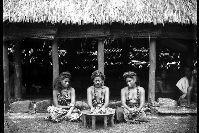 Według legendy odurzające działanie kavy odkryły kobiety. Dziś na wyspach Pacyfiku przywilej picia tego napoju przysługuje tylko mężczyznom.