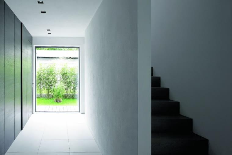 Nowoczesne szkło niskoemisyjne nie tylko pozwala zaoszczędzić więcej energii, lecz również maksymalnie doświetlić wnętrze naturalnym światłem