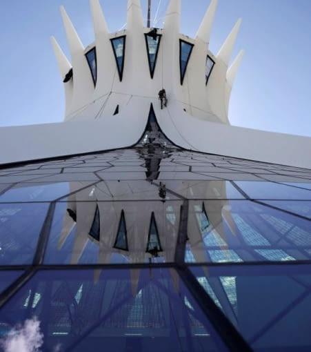 Gmach katedry w Brasilii, rzeźbiarskiej bryły wykonanej z betonu i szkła, proj. Oscar Niemeyer