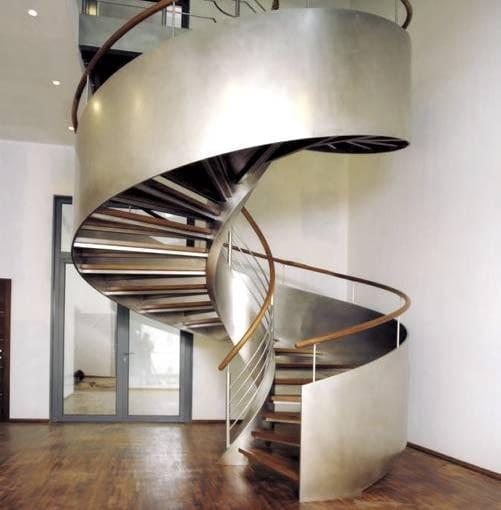 Oryginalna balustrada z giętej blachy z pewnością będzie dominującym elementem wnętrza
