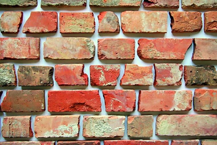 Różne, nieregularne kawałki płytek z lica cegły umożliwią stworzenie niepowtarzalnej kompozycji