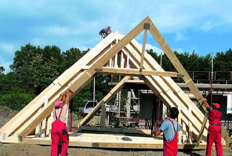 Więźbę dachową należy wznosić z dobrego jakościowo drewna klasy C24, wysuszone do wilgotności 18%. Cena takiej tarcicy może wydawać się atrakcyjna (690-850 zł/m3), ale będziemy musieli jeszcze dopłacić za impregnację (metodą ciśnieniową to około 450 zł/m3) i - najlepiej - przycięcie elementów na potrzebną długość (50 zł/m3).