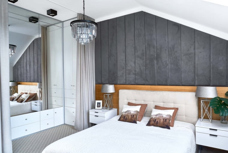 WNĘKĘ w sypialni obudowano z trzech stron szafami z lustrzanymi drzwiami - w ten sposób powstała garderoba. Można ją odgrodzić od reszty pomieszczenia, zaciągając zasłonę (drzwi, nawet przesuwne, zabrałyby za dużo miejsca).