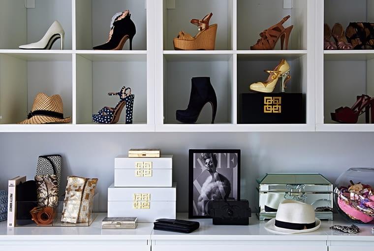 W garderobie ustawiła specjalny mebel eksponujący najlepsze okazy z jej kolekcji butów i torebek.