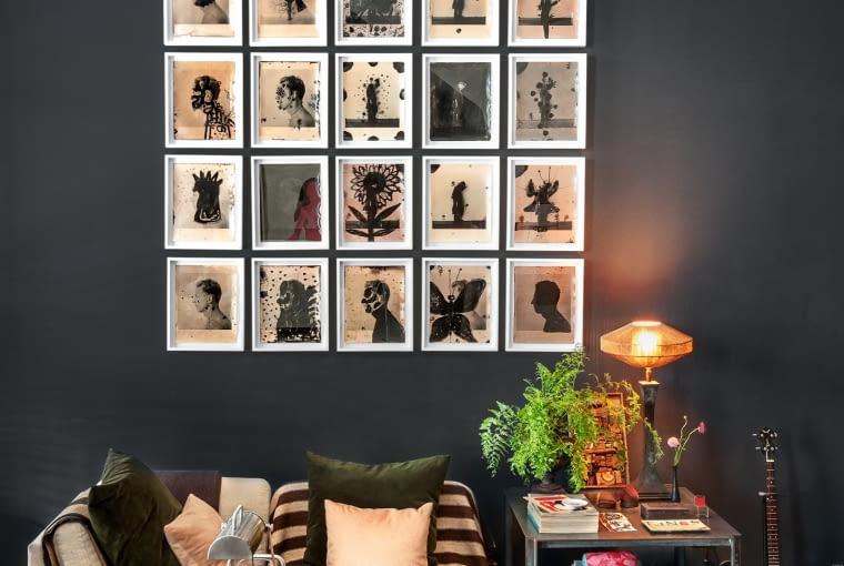 """Scott od dawna śledzi twórczość Dietmara Busse, amerykańskiego fotografa niemieckiego pochodzenia. Ze zdjęć z cyklu """"Fauna i flora"""" stworzył własną kompozycję. Oświetla ją lampa znaleziona na pchlim targu."""