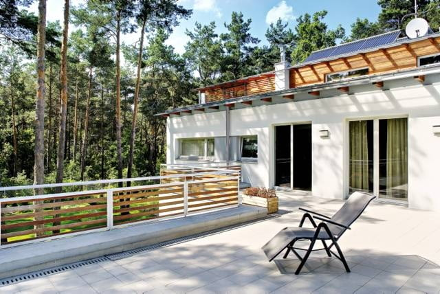 Sosnowy las zupełnie inaczej wygląda z poziomu trawnika, inaczej z poziomu piętra i wreszcie - z najwyższej kondygnacji, sięgającej niemal koron drzew. Postanowiłem wykorzystać te indywidualne atuty terenu - mówi autor projektu, architekt Janusz Kaczorek