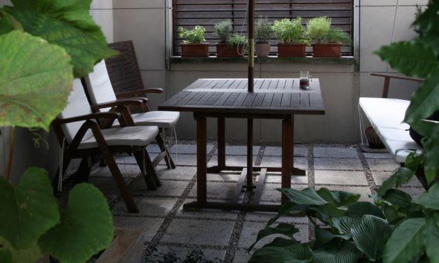 Płyty betonowe połączone ze żwirem. Nawierzchnie ogrodowe, projekty ogrodów