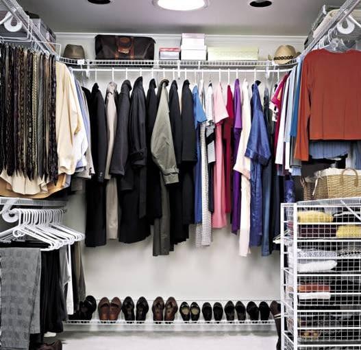 Minimalna powierzchnia garderoby to około 4 m2. W garderobie nie jest potrzebne okno, wystarczy swietlik, lub dobre oświetlenie sztuczne