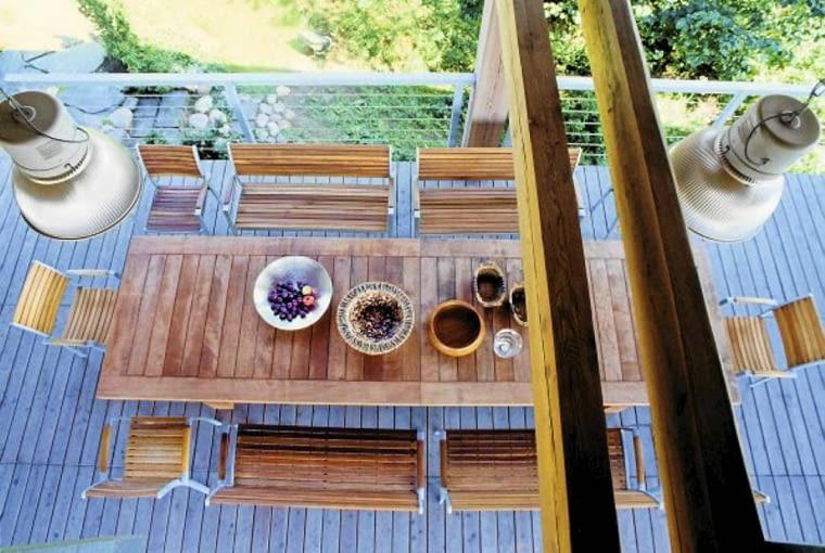 Widok z górnego trapu na imponujących rozmiarów sześciometrowy stół w letniej jadalni