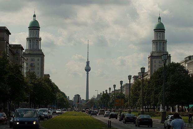 Widok wzdłuż alei Karola Marksa na Bramę Frankurcką, w tle wieża telewizyjna na Alexanderplatz.