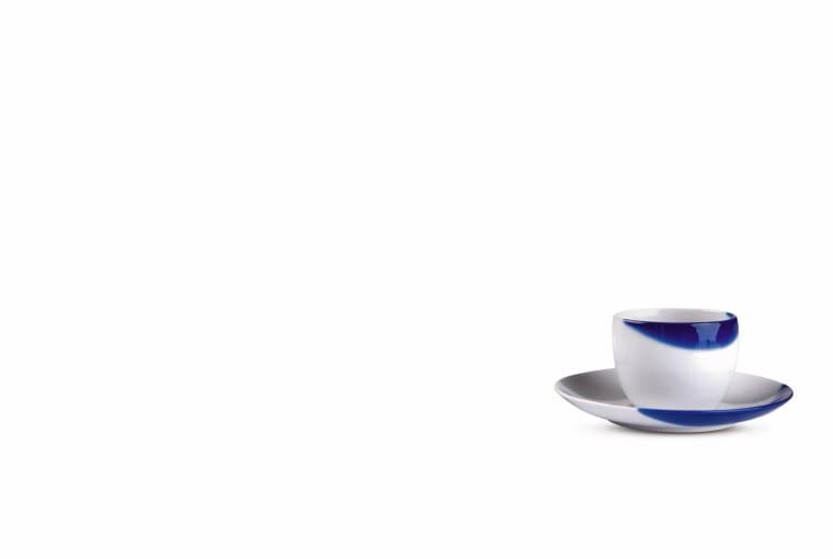 Dotyk błękitu Zdobienie na porcelanie powstało przez ręczne zanurzenie naczynia w kobalcie. Projekt Marek Cecuła, Daga Rogers 2013 r.